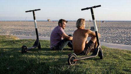 觀賞電動滑板車戰爭。第 3 季第 1 集。
